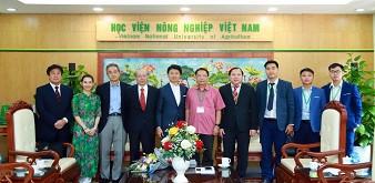 Hạ nghị sĩ quốc hội Yoichiro Aoyagi cùng đoàn đại biểu Nhật Bản đến thăm và làm việc tại Học Viện Nông nghiệp Việt Nam